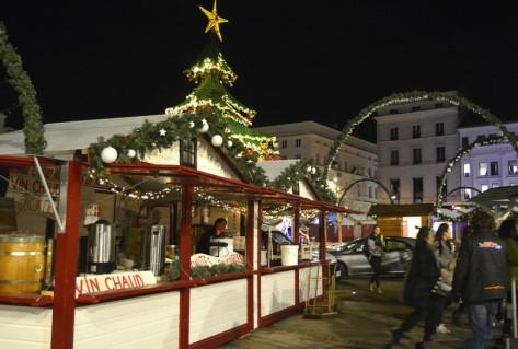 Les chalets du Marché sublimés par la nuit et les décorations