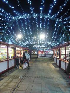 Les guirlandes lumineuses illuminent le Marché