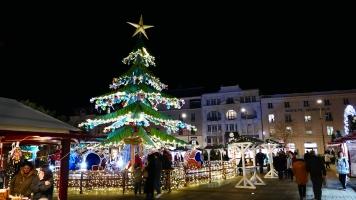 Le manège sapin illumine le Marché de Noël du Mans